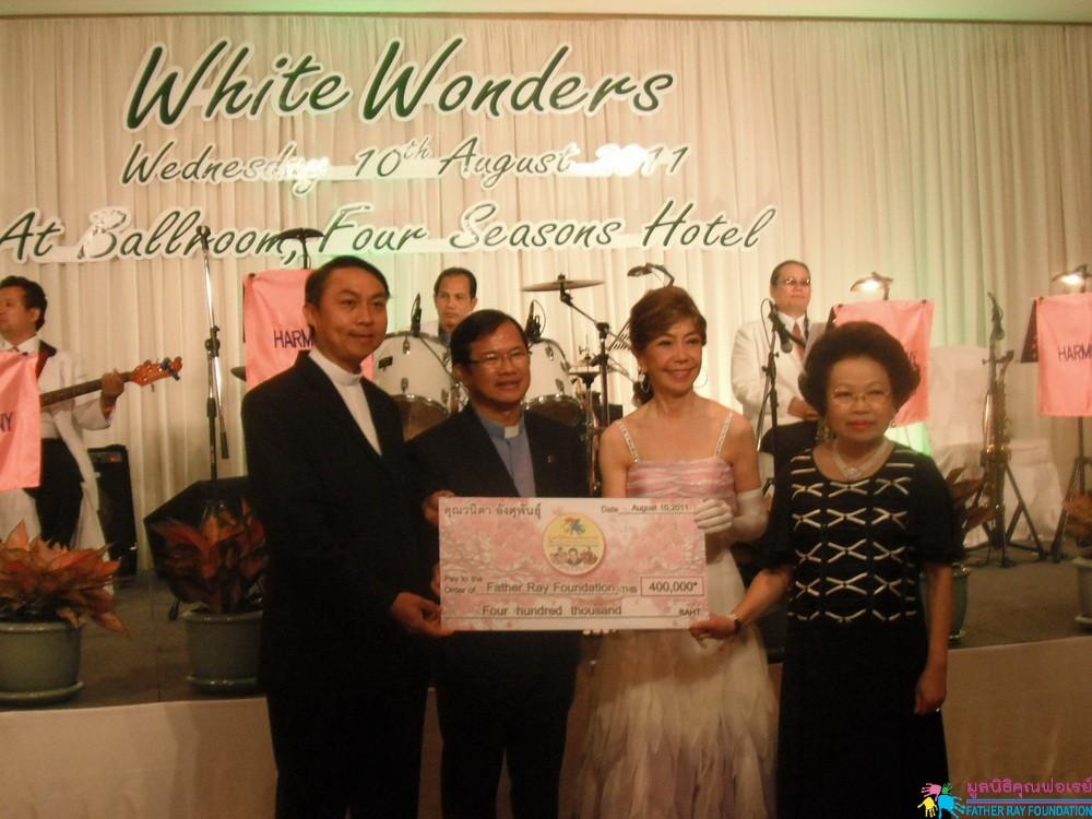 """ลีลาศการกุศล """"White Wonders"""""""