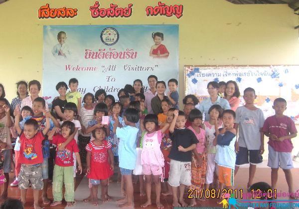 คุณนุ่นและครอบครัวเลี้ยงอาหารเด็กที่หมู่บ้านเด็ก