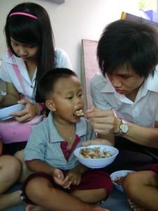 นักศึกษามหาวิทยาลัยเกษตรศาสตร์ เลี้ยงอาหารกลางวันน้องที่ศูนย์พัฒนาเด็กเล็กพระมหาไถ่