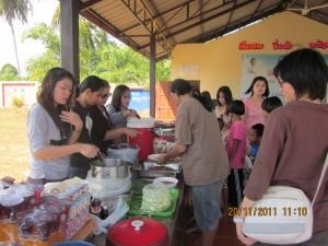 NEC 2/2554  มหาลัยบูรพาเเละเพื่อนมาทำการเลี้ยงอาหารกลางวันเด็กที่หมู่บ้านเด็ก