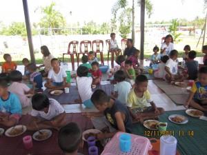 ครอบครัวดีสูงเนินเลี้ยงอาหารน้องๆ ที่หมู่บ้านเด็ก