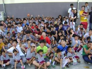 คณะครูและนักเรียนโรงเรียนนานาชาติสิงค์โปร์ทำกิจกรรมกับเด็กๆ