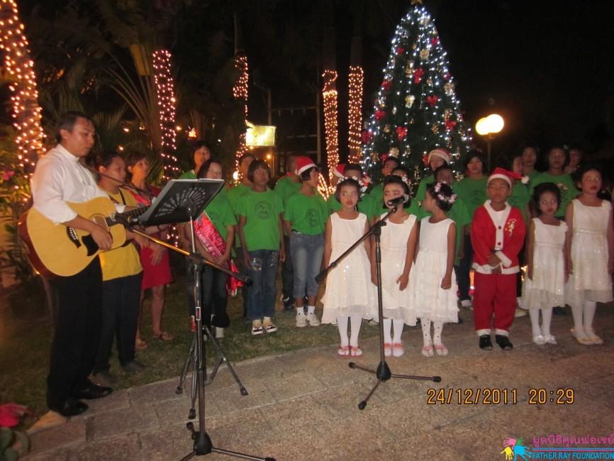เด็กๆ มอบความสุขคริสต์มาสผ่านทางเสียงเพลงแด่ทุกคน