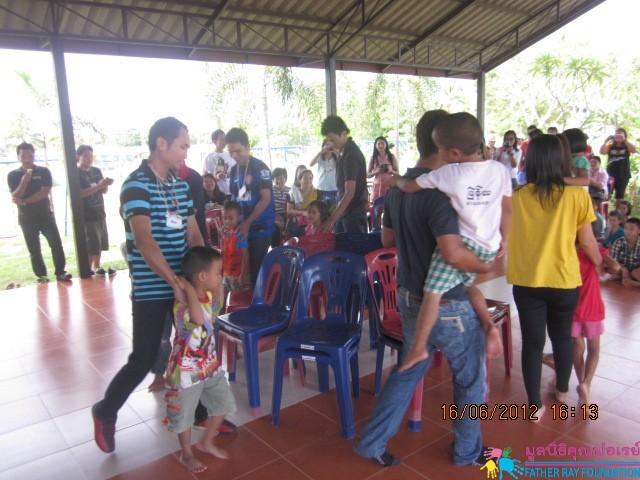 คณะพนักงานบริษัท ทรานซิชั่นส์  อ็อพติคัล (ประเทศไทย) จำกัดมาเยี่ยมหมู่บ้านเด็กคุณพ่อเรย์
