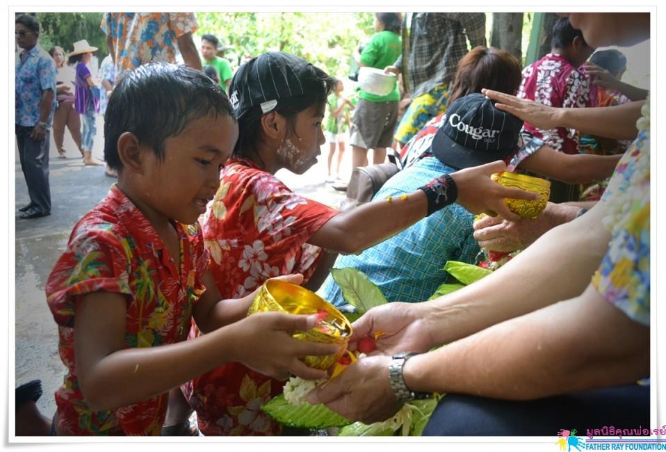 รดน้ำดำหัวผู้ใหญ่ สืบสานวัฒนธรรมไทย