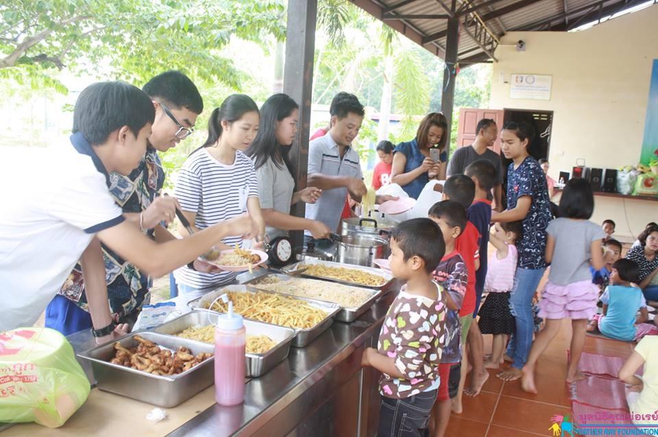อาหารกลางวันโดย คุณโรส และครอบครัว